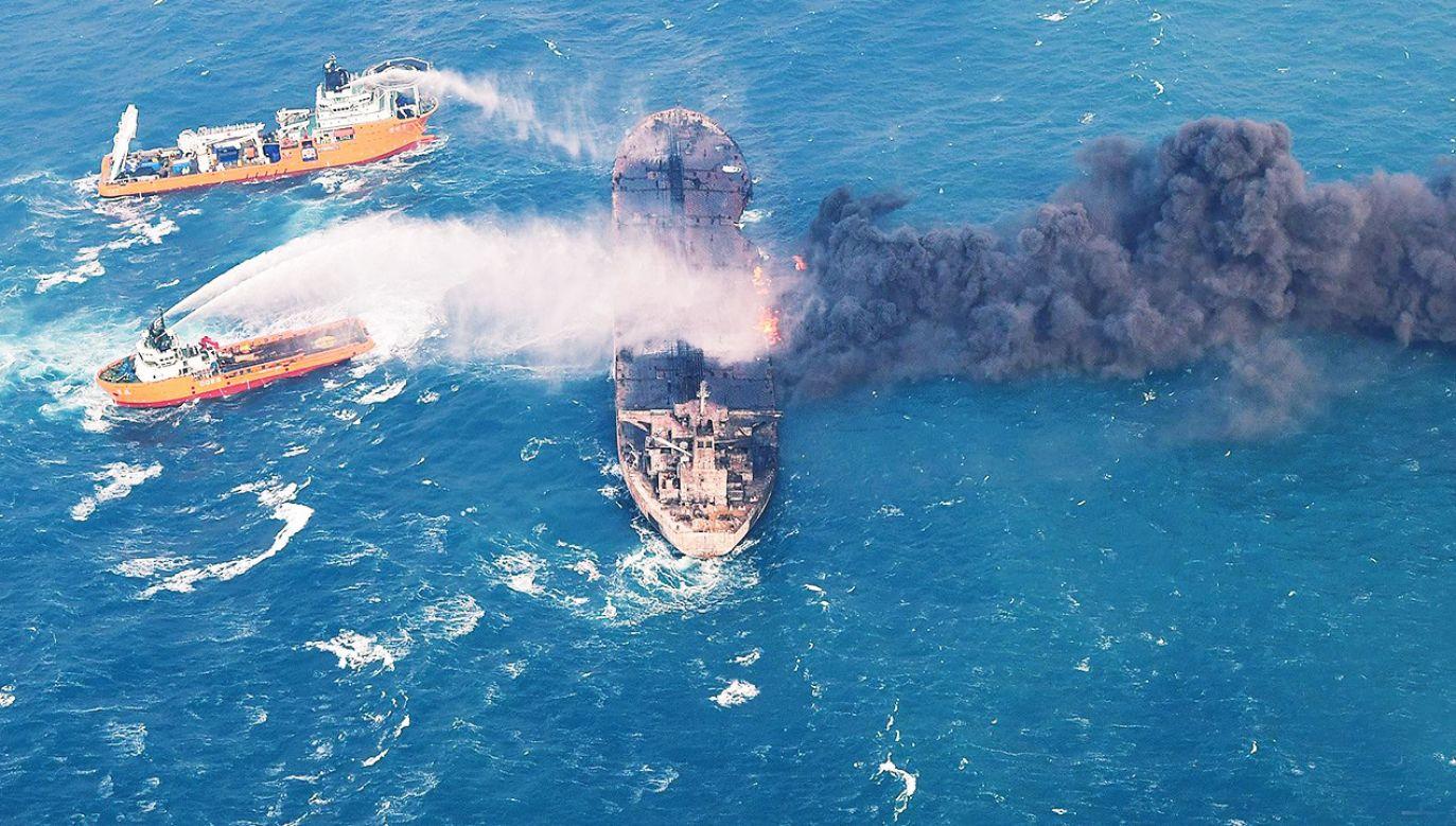 Do wycieku doszło po zatonięciu tankowca (fot. PAP/EPA/TRANSPORT MINISTRY OF CHINA HANDOUT)