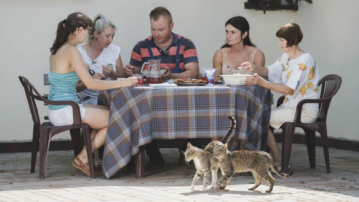 Czy wspólne gotowanie odniosło oczekiwany skutek? Łukaszowi trudno było skupić się na jedzeniu... (fot. TVP)