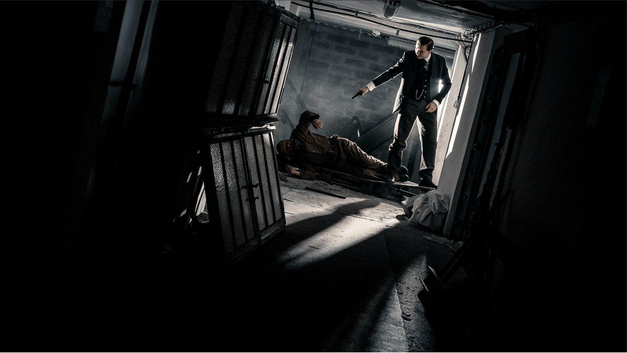 Mroczny klimat opowieści potęguje wykorzystanie przez reżysera elementów kina noir oraz inspiracje niemieckim ekspresjonizmem (fot. J. Sosinski/TVP)
