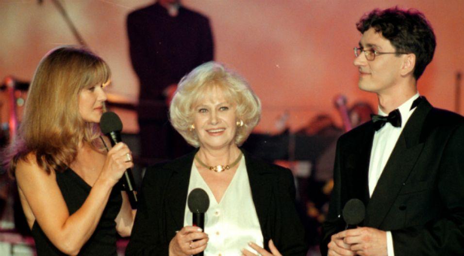 Opole '98: Zmiana pokoleń. Krystyna Loska razem z córką Grażyną Torbicką i Arturem Orzechem (fot. TVP)