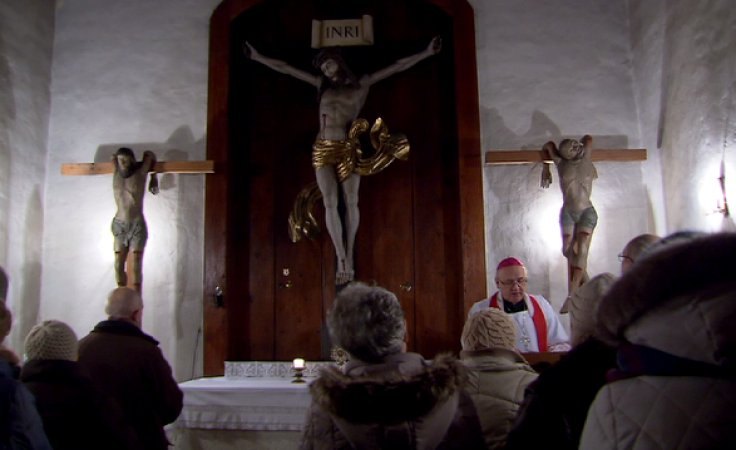 Adoracja krzyża w murach zabytkowej olsztyńskiej kaplicy