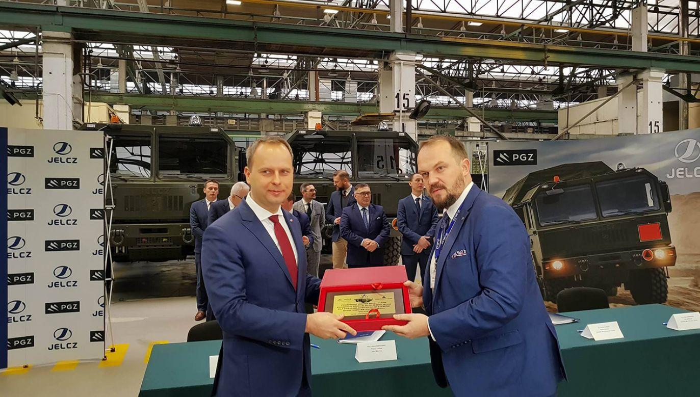Uroczystość podpisania umowy na dostawę pojazdów specjalnych w zakładach Jelcz (fot. Dolnośląski Urząd Wojewódzki we Wrocławiu)