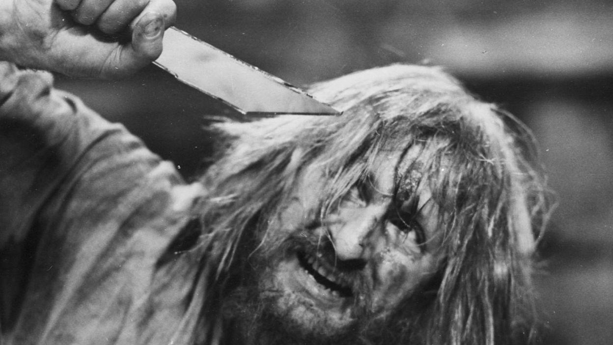 """... ale grał także postaci wręcz tragiczne. Na zdjęciu jako Czepiec w """"Weselu"""" w reż. Lidii Zamkow (fot. TVP)"""