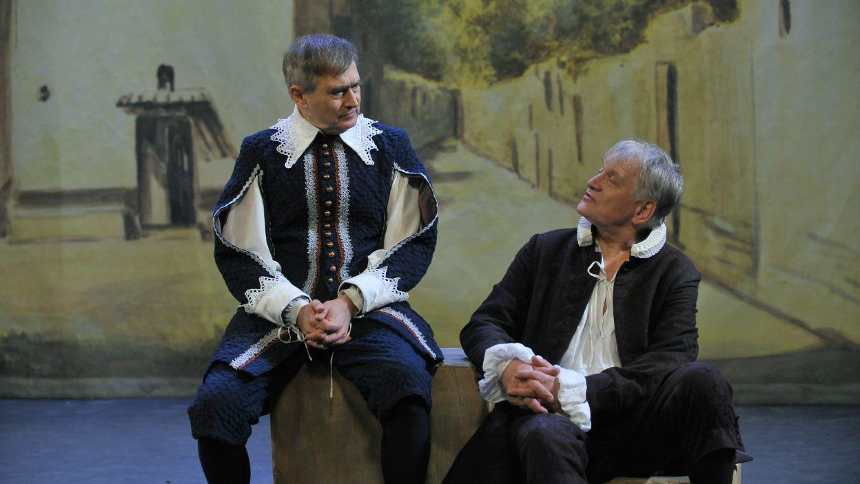"""Rok 2012. Molierowska """"Szkoła żon"""". Jako Chryzald z Arnolfem (Andrzej Seweryn) w spektaklu na żywo (fot. TVP)"""
