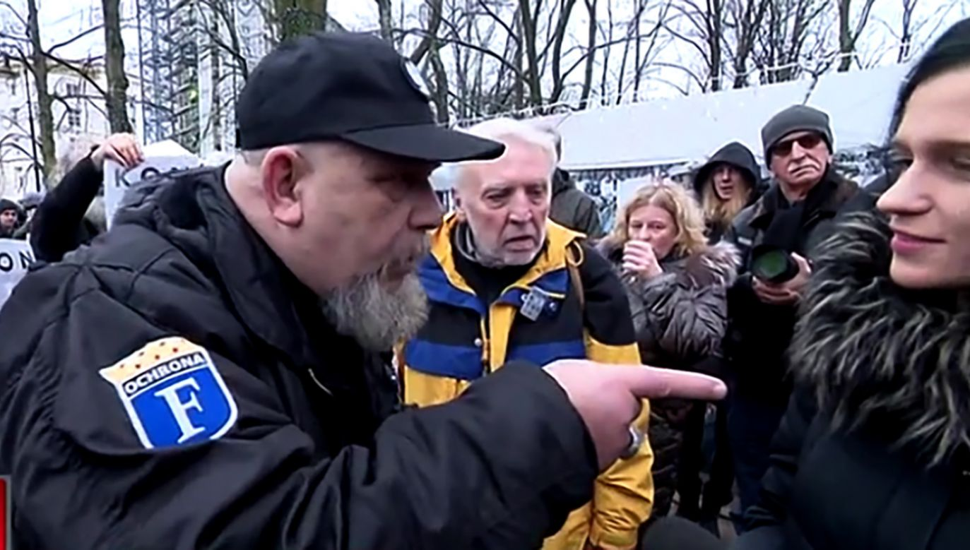 """W uzasadnieniu podano, że jeden z protestujących wobec dziennikarki """"użył przemocy słownej"""" w celu """"zaniechania przez nią interwencji prasowej"""" (fot. TVP Info)"""