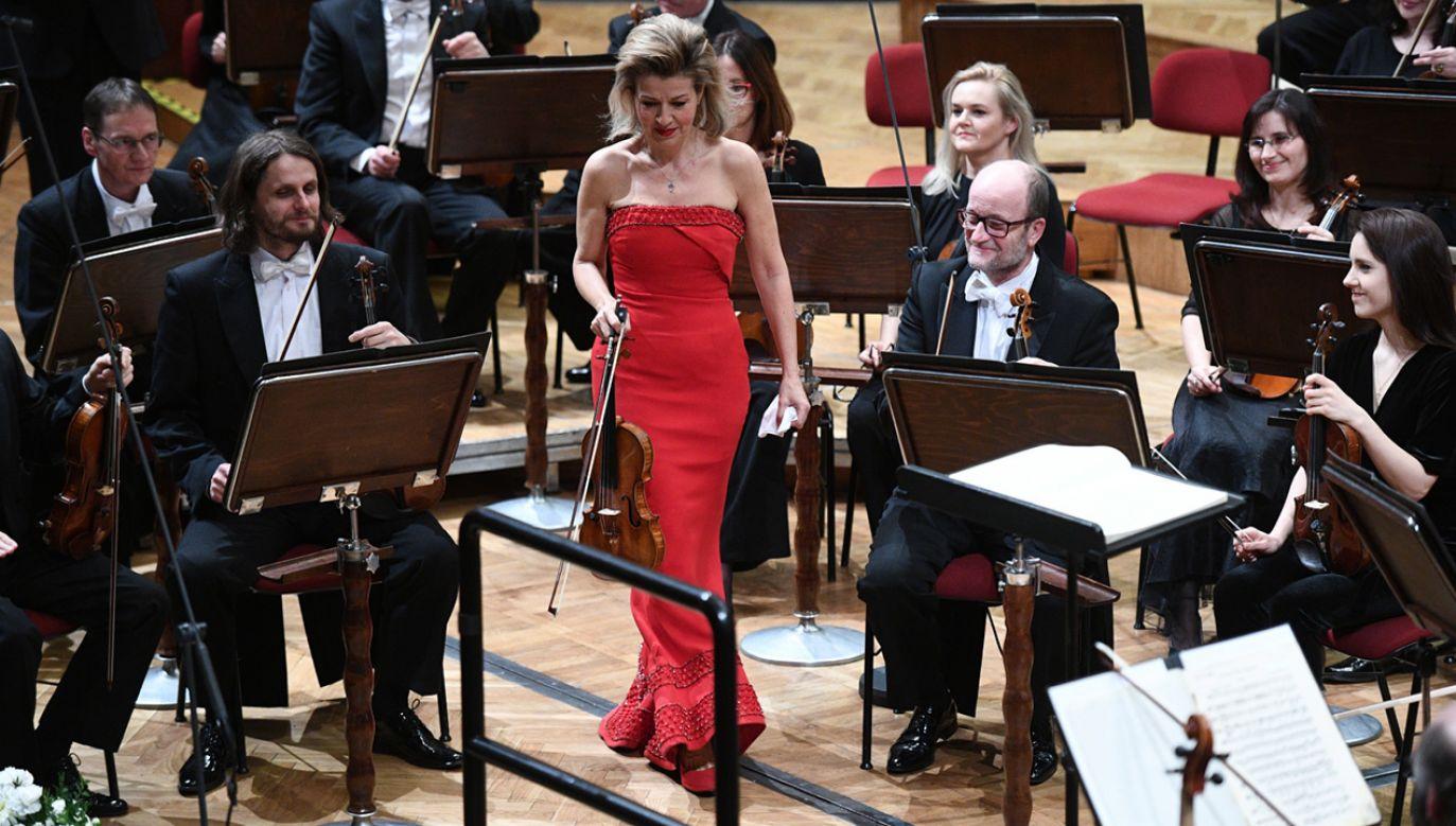 Skrzypaczka Anne-Sophie Mutter przed koncertem, który odbył się w ramach 22. Wielkanocnego Festiwalu Ludwiga Van Beethovena w Filharmonii Narodowej w Warszawie (fot.  PAP/Jacek Turczyk)