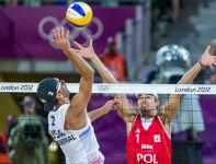 Mariusz Prudel skacze do bloku przeciwko Seanowi Rosenthalowi (fot. PAP/Adam Ciereszko)