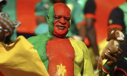 Fan Kamerunu przed meczem z Egiptem, Puchar Narodów Afryki 2010, które odbywały się w Angoli. Fot: PAP/EPA.
