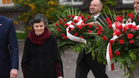 Andrzej Duda (L) z rodzicami Janem T. Dudą (P) i Janiną Milewską-Duda (2L) złożyli kwiaty na grobie Lecha i Marii Kaczyńskich na Wawelu (fot.PAP/PAP/Jacek Bednarczyk)