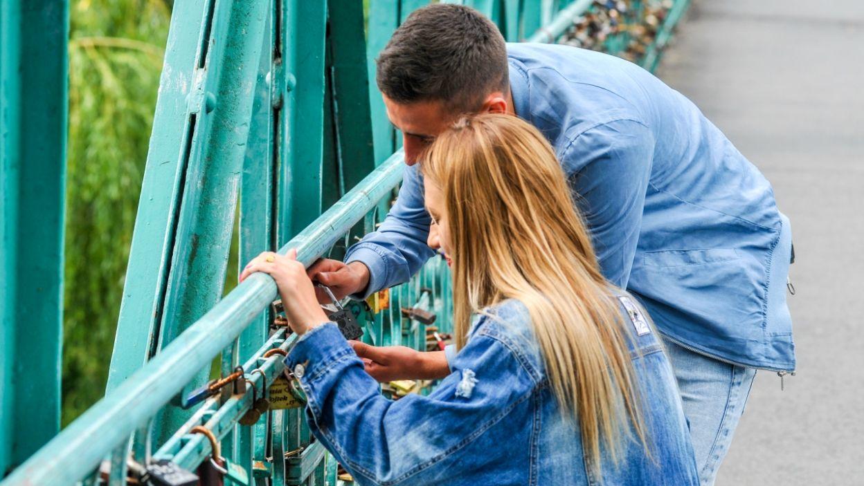Kłódka na Moście Zakochanych ma to przypieczętować (fot. P. Rewucki)