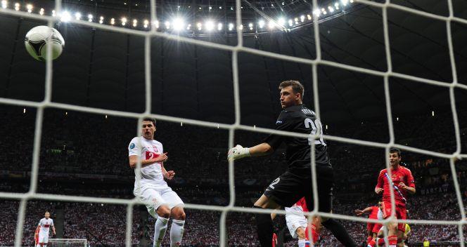 Przemysław Tytoń odprowadza piłkę wzrokiem (fot. Getty)