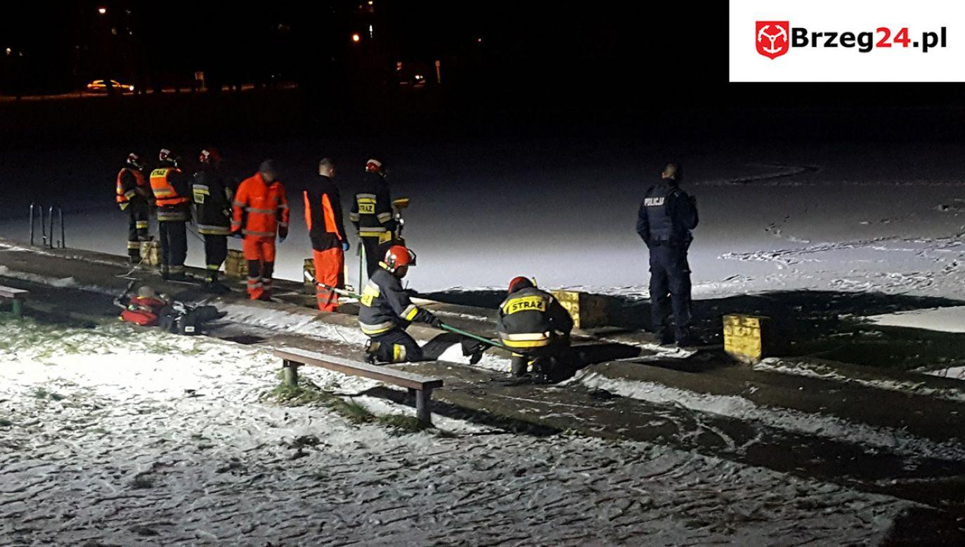 Do zdarzenia doszło w trakcie spaceru nastolatków po zamarzniętej tafli nieczynnego basenu (fot. brzeg.24.pl)