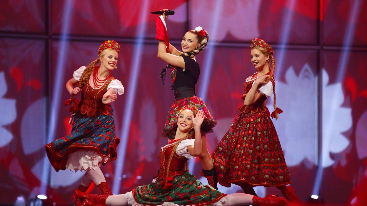 """Cleo na scenie towarzyszyły modelki i dziewczyny z """"Zespołu Pieśni i Tańca Mazowsze"""" (fot. PAP/EPA)"""