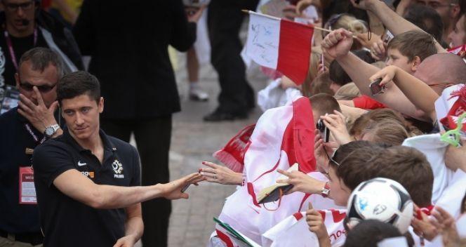 Każdy chciał przybić piątkę z Robertem Lewandowskim (fot. PAP/Rafał Guz)