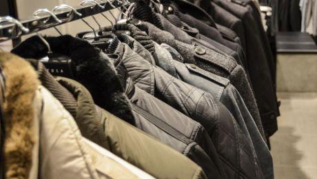 Wieszak z ubraniami dla potrzebujących