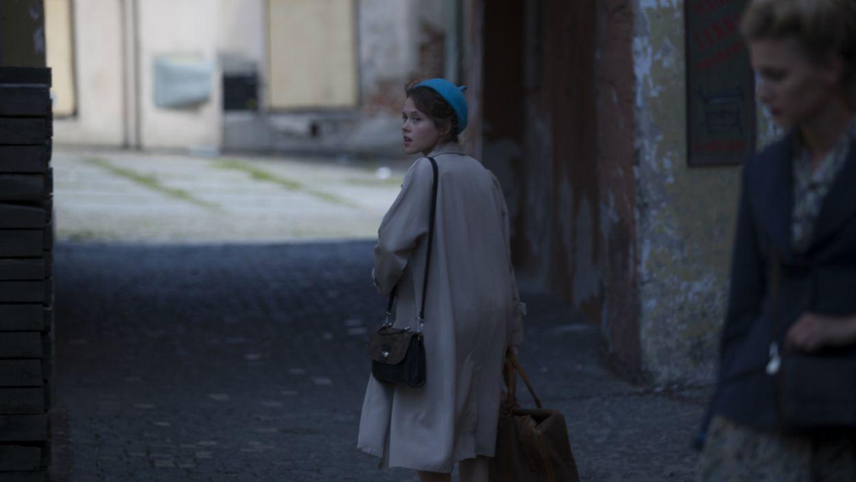 Gdy Irka odłącza się od koleżanek, orientuje się, że ktoś ją śledzi. Dziewczyna jest przerażona, bo ma w torbie broń (fot. TVP)