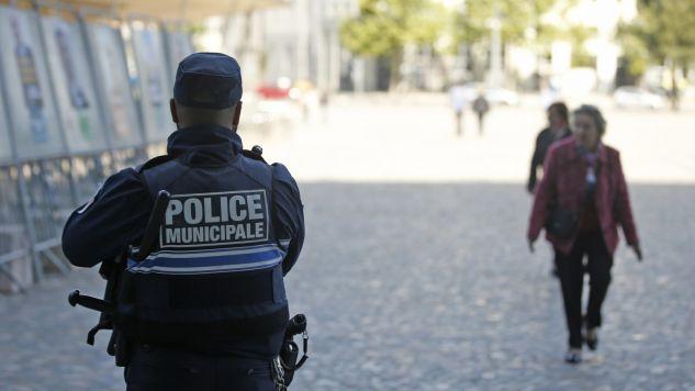 Tysiące policjantów strzegą porządku podczas wyborów (fot. PAP/EPA/GUILLAUME HORCAJUELO)