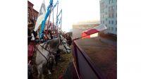 Ułani na Placu Wolności w Bydgoszczy oraz flaga Polski w porannym słońcu (fot. Marek Wiśniewski)