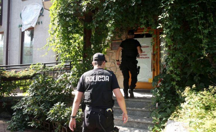 Policjanci wchodzą do hotelu Litwor w Zakopanem (fot. arch.)