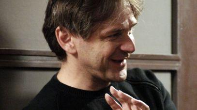 """Maciej Pieprzyca na planie """"Komu wierzycie"""", spektaklu z 2006 roku, fot. I.Sobieszczuk/TVP"""