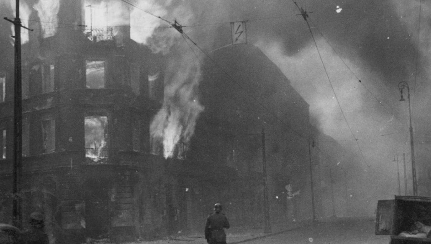 Płonąca kamienica podczas powstania w getcie warszawskim (fot. Wikimedia Commons)
