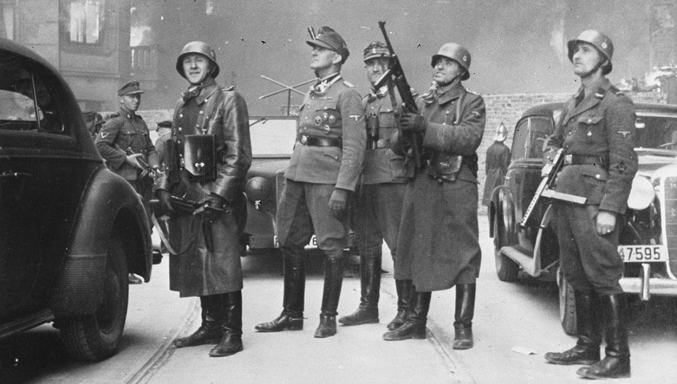 Gen. Jurgen Stropp, dowódca SS w otoczeniu oficerów na terenie walczącego getta warszawskiego (fot. arch. PAP/CAF)