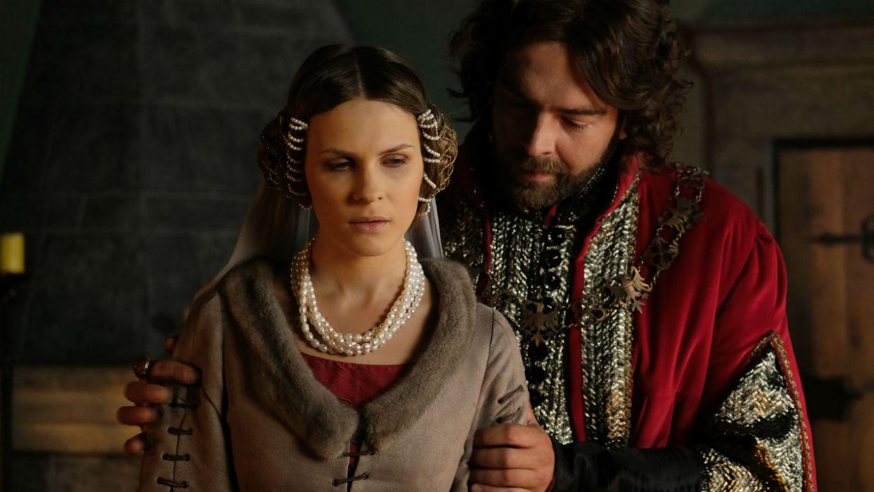 – Proszę cię, byś pomogła jej się do tego przygotować – Kazimierz prosi żonę, aby zadbała o królewnę i przygotowała ją do małżeństwa (fot. TVP)