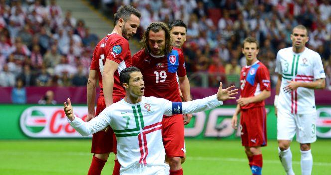 Cristiano Ronaldo musiał sobie radzić z wieloma piłkarzami Czechów (fot. Getty Images)