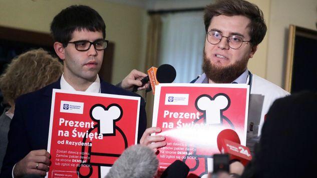 """W ramach akcji """"Prezent na Święta od Rezydenta"""" młodzi lekarze mają rejestrować się jako potencjalni dawcy szpiku (fot. PAP/Tomasz Gzell)"""