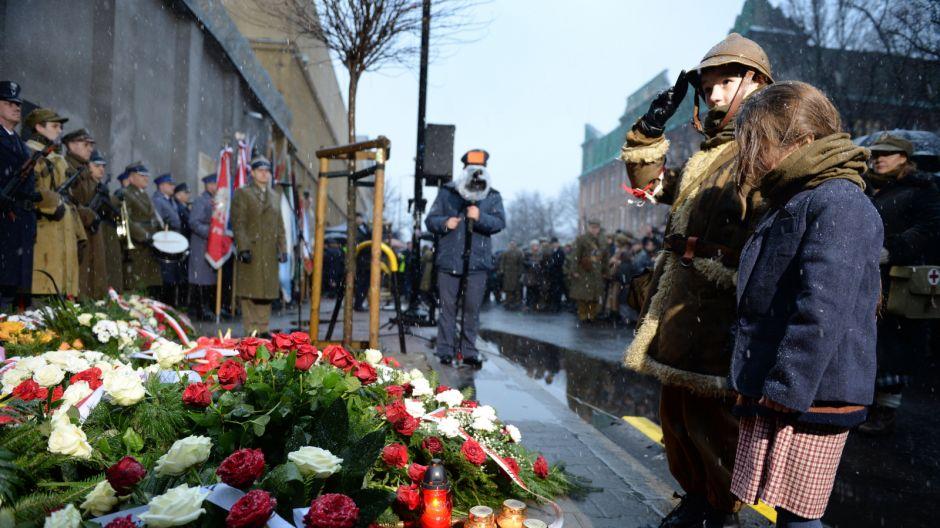 Uroczystość złożenia kwiatów przed tablicą upamiętniającą torturowanych i zamęczonych więźniów politycznych w czasie terroru komunistycznego, umieszczoną przed gmachem b. aresztu śledczego MBP przy ul.Rakowieckiej/PAP/Jacek Turczyk