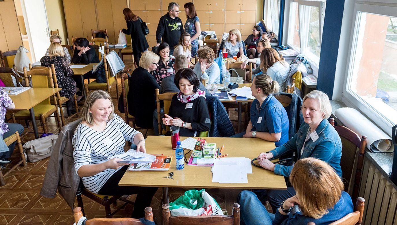 Nauczyciele z Zespołu Szkół nr 21 w Bydgoszczy podczas strajku w marcu 2017 r. (fot. arch. PAP/Tytus Żmijewski )