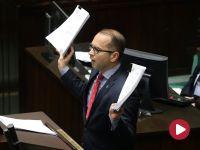 Agresja posła Szczerby. Rzucił papierami w protokolantkę
