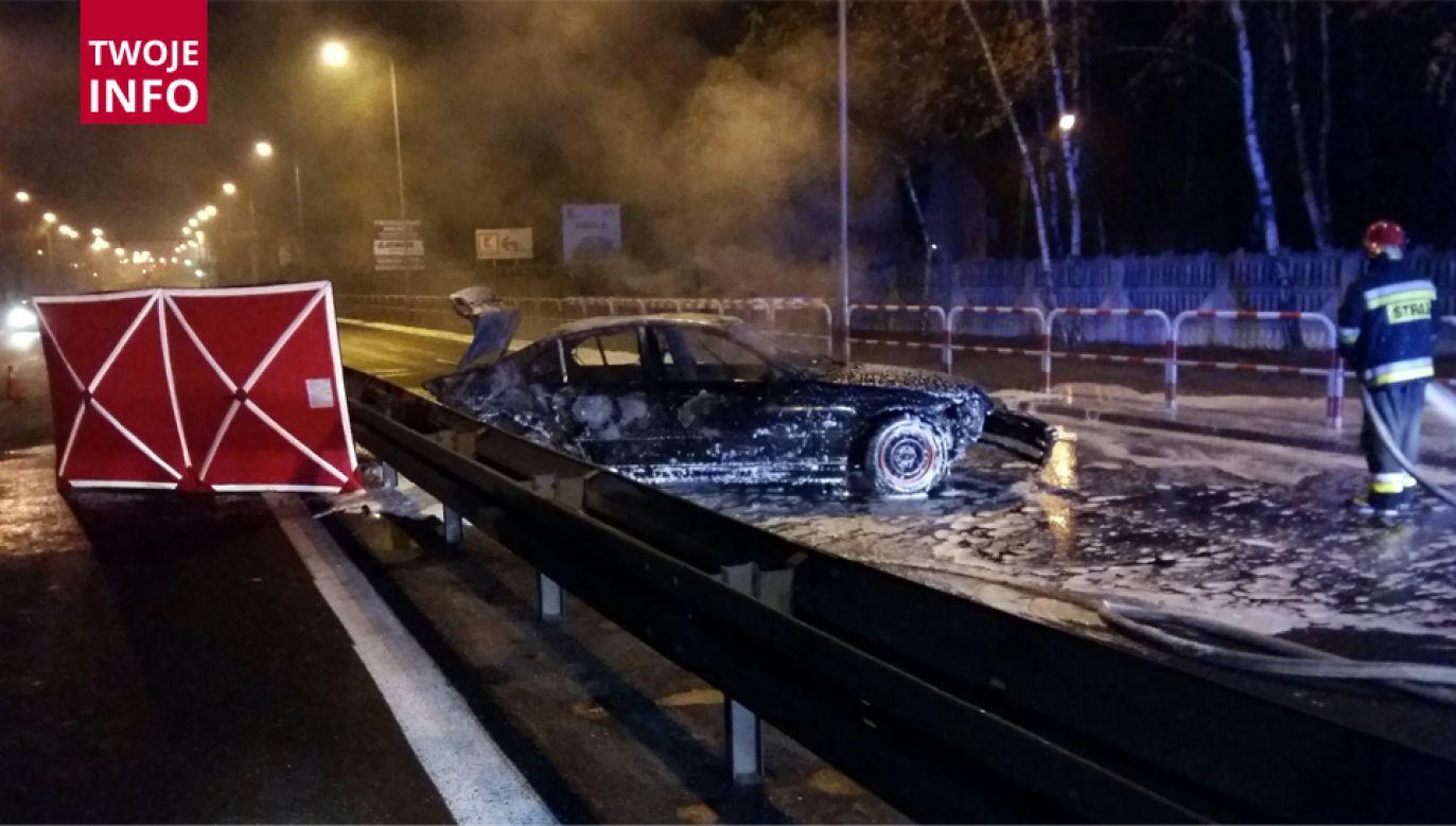 Samochód uderzył w barierki i stanął w płomieniach (fot. wielkopolska psp)
