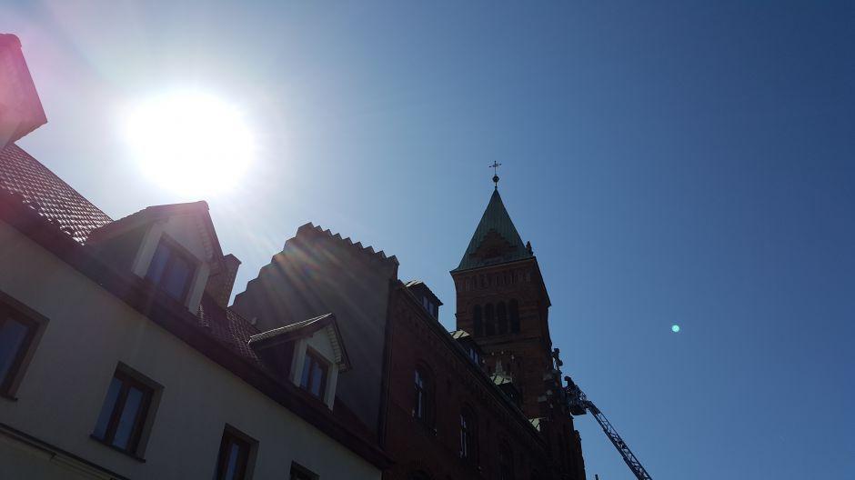 Strażacy zabezpieczają krzyż na Klasztorze Redemptorystów w Krakowie (3)