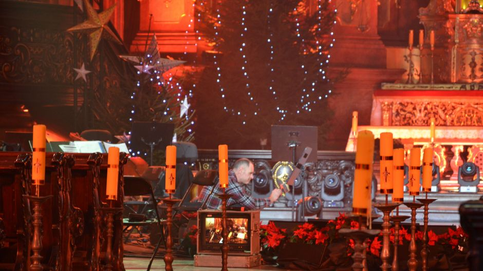 Koncert Bożonarodzeniowy - ekipa TVP na planie realizacyjnym