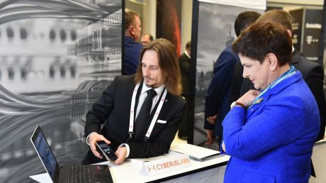 Premier Beata Szydło zwiedza stoiska polskich startupów na Europejskim Forum Cyberbezpieczeńtwa