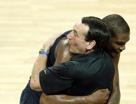 Kevin Durant i trener Mike Krzyzewski (fot.PAP/EPA)