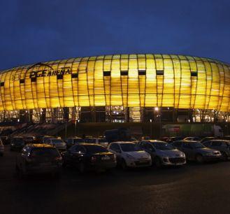 Efektownie podświetlona PGE Arena (fot. PAP)