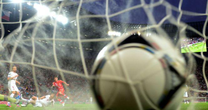 Piłka w siatce po uderzeniu Ałana Dżagojewa (fot. Getty Images)