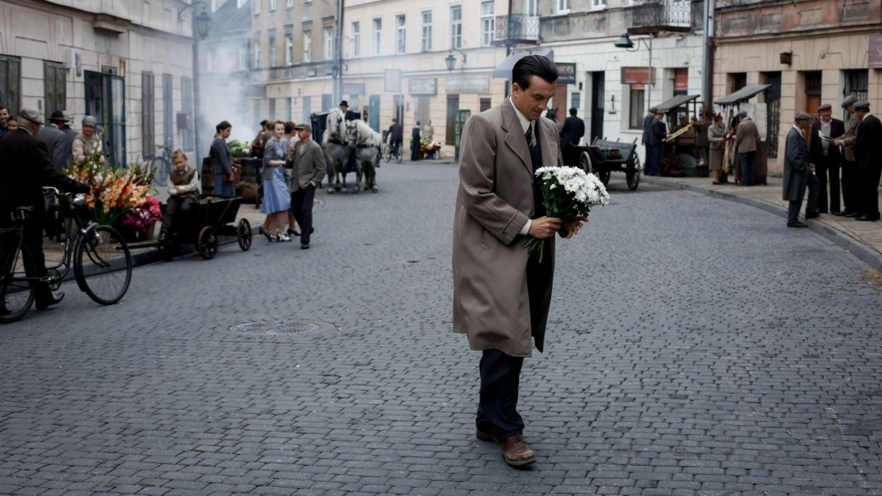 Irka doradza mu, by przeprosił ukochaną i porozmawiał z nią o ślubie. Szczęśliwy mężczyzna biegnie do Ewki z kwiatami... (fot. TVP)