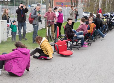 Próba bicia rekordu Polski w ilości osób na krzesłach biurowych, holowanych przez motocykl
