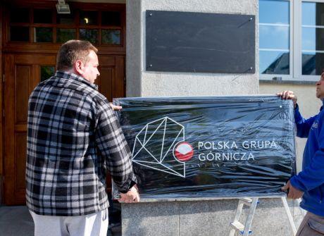 Wymiana tablic na budynku Kompanii Węglowej