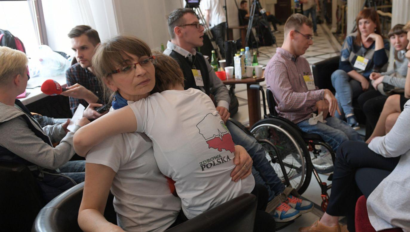 Rodzice osób niepełnosprawnych rozpoczęli protest stacjonarny w Sejmie (fot. PAP/Marcin Obara)