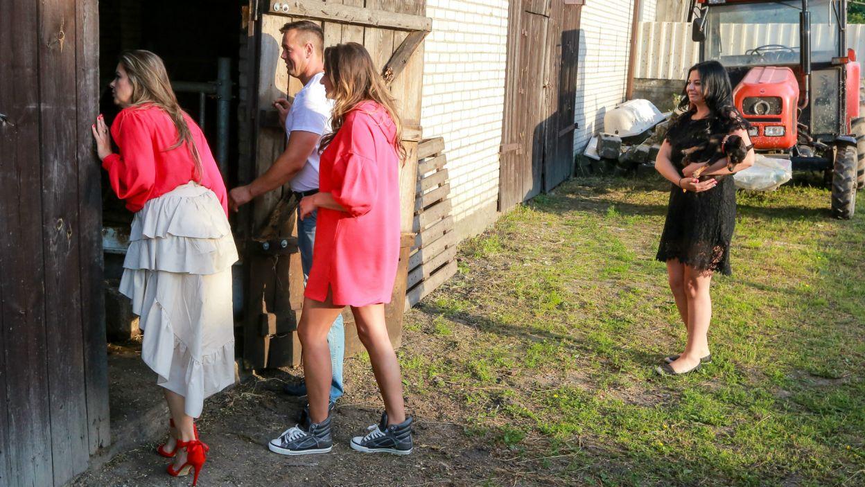 Obuwie dziewczyn nie ułatwiało im zwiedzania obejścia właściciela posesji (fot. TVP)