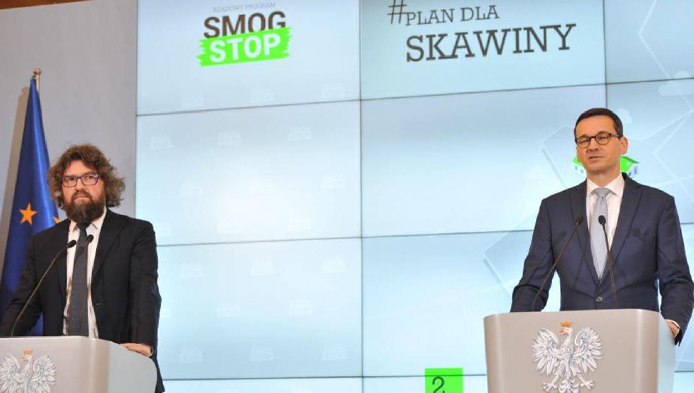 Premier Mateusz Morawiecki i podsekretarz stanu w MPiT Piotr Woźny (fot. TVP Info)