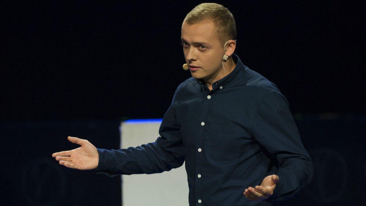 Galę prowadził Konrad Graczyk z zespołu Teatr Piątka, jednego z laureatów Przeglądu (fot. N. Młudzik/TVP)