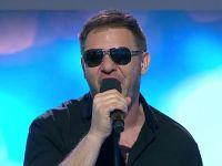 Tomasz Karolak śpiewa