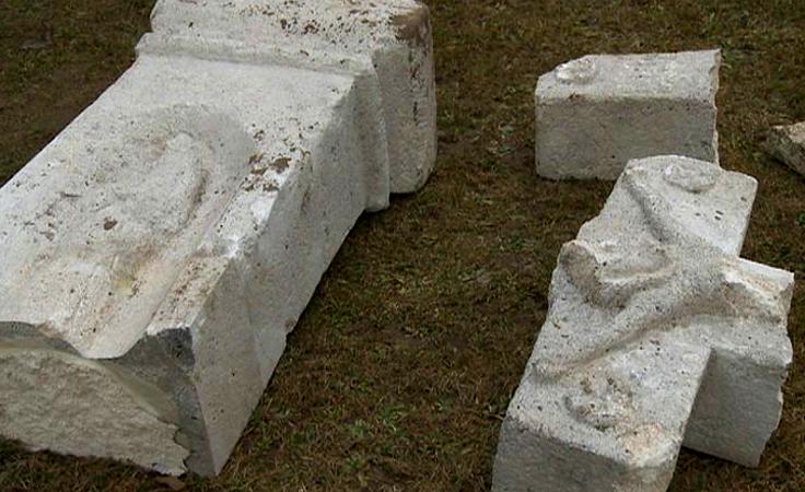 1. Zdewastowany, zabytkowy krzyż na trasie Horyniec - Radruż