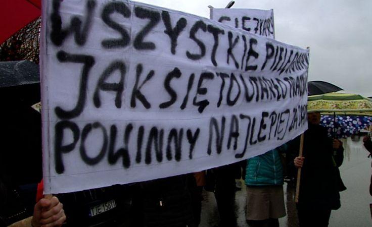 Pikieta pielęgniarek przed szpitalem w Jędrzejowei. Chcą podwyżek płac.