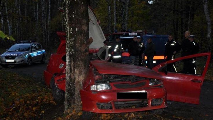 Kierowca seata uderzył w przydrożne drzewo. Samochodem jechało czworo młodych ludzi. Nikt nie miał zapiętych pasów.